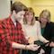 Bildungsdezernentin Sarah Sorge (rechts) übergibt Schülern in der Stadt Frankfurt am Main Tablet-PCs für den Praxistest im Unterricht.
