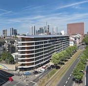 Das Frankfurter Aktiv-Stadthaus erzeugt mehr Energie als die Bewohner verbrauchen.