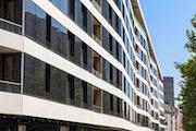 Den Strom gewinnt das Gebäude unter anderem über 330 Photovoltaik-Module an der Fassade.
