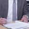 Governikus-Geschäftsführer Dr. Stephan Klein (l.) und der Dataport-Vorstandsvorsitzende Dr. Johann Bizer unterzeichnen den Vertrag für die IT-Lösung Governikus LZA.