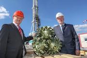 Stephan Schwarz (r.), SWM-Geschäftsführer Versorgung und Technik, und Uwe Schindler, Geschäftsführer der Bohrfirma H. Anger's Söhne, geben auf der Bohrplattform den offiziellen Startschuss für die Geothermiebohrung.