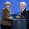 Johannes Ludewig, Vorsitzender des Nationalen Normenkontrollrats, übergibt den Jahresbericht 2015 an Bundeskanzlerin Angela Merkel.