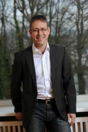 NaturEnergiePlus-Geschäftsführer Gunter Jenne erklärt, dass der Ausbau der Wasserkraft eine Herzensangelegenheit des Unternehmens sei.
