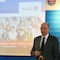 Auf einer Pressekonferenz stellt Thüringens Wirtschaftsminister Wolfgang Tiefensee (vorne links) das neue Informationsportal des Landes für Flüchtlinge vor.