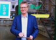 Vor dem EWV-Kundenzentrum kann EWV-Geschäftsführer Manfred Schröder bereits das Freifunknetz nutzen.