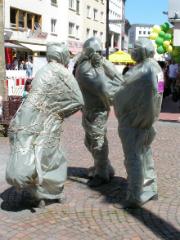 Künftig in der Gießener Innenstadt nicht nur schwätzen (Die drei Schwätzer, verhüllt) sondern surfen.