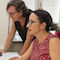 Würzburgs Sozialreferentin Dr. Hülya Düber (sitzend) und Monika Kraft (Leiterin der Fachabteilung Kindertagesbetreuung) testen das neue Online-Informations- und Vormerksystem InVo-Sys.