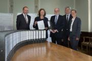 Rund 30 Aktenordner umfassen die Unterlagen des Planfeststellungsantrags, den die Fernwärmeschiene Rhein-Ruhr (FWSRR) bei der Bezirksregierung Düsseldorf einreichte.