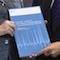 Johannes Ludewig, Vorsitzender des Nationalen Normenkontrollrats, übergibt Bundeskanzlerin Angela Merkel den Jahresbericht 2016.