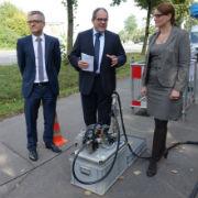 Einblasgerät für Glasfaserkabel: M-net und die Stadtwerke Augsburg erschließen vier Gewerbegebiete mit Breitband-Anschlüssen.