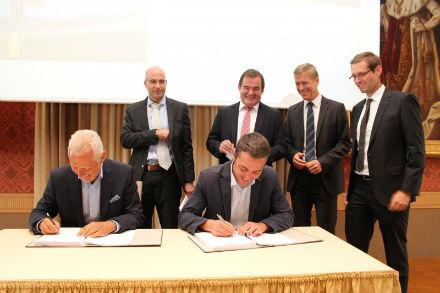 Rekommunalisierung: ESB-Geschäftsführer Werner Bähre (links im Bild) und Bürgermeister Thomas Herker unterzeichnen den Konzessionsvertrag für das Gasnetz.