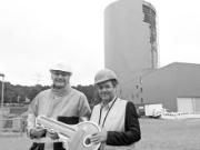 Stadtwerke-Vorstand Jörg Teupen freut sich über die Betriebsgenehmigung durch Umweltminister Robert Habeck.