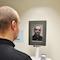 Im Schweriner Stadthaus können Bürger am Selbstbedienungsterminal biometrische Passbilder erstellen.