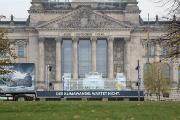 Mit einem schmelzenden Reichstagsmodell aus Eis macht Zukunft Erdgas auf das Verfehlen der Klimaschutzziele 2020 aufmerksam.