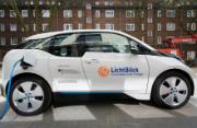 Verzahnung der Sektoren: Ein Elektroauto wird vor dem Lichtblick-Schwarmhaus geladen.