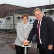 Die saarländische Ministerpräsidentin Annegret Kramp-Karrenbauer nimmt gemeinsam mit STEAG-Chef Joachim Rumstadt das Großbatterie-System in Betrieb.