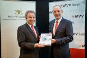 MVV-Vorstandsmitglied Ralf Klöpfer (r.) überreicht den Abschlussbericht des Projektes Strombank an den baden-württembergischen Umweltminister Franz Untersteller.