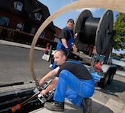 Verlegung von Glasfaserkabeln: EWE investiert in den kommenden zehn Jahren rund eine Milliarde Euro in den Breitband-Ausbau.