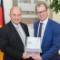 Stefan Kapferer, Vorsitzender der BDEW-Hauptgeschäftsführung (r.), übergibt die Roadmap zur Eco-Mobilität an Rainer Bomba, Staatssekretär im BMVI.