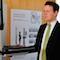 Harald Sievers, Landrat des Kreises Ravensburg, testet das neue Führerscheinfoto-Terminal.
