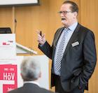 """Veranstalter Gerhard Sisterhenn stellte sein Buch """"Kommunen im Wandel"""" vor."""