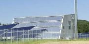 Die Heizzentrale und das Solarthermiekollektorenfeld in Büsingen.