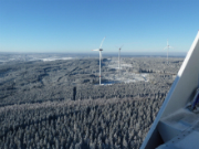 Das Wind-Cluster Simmerath umfasst sieben Anlagen mit einer Leistung von je 3,3 Megawatt und liegt an der B399 zwischen Simmerath und Lammersdorf.