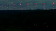 Das nächtliche Dauerblinken von Windrädern soll in Schleswig-Holstein bald der Vergangenheit angehören.