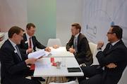 Gute Stimmung bei der Unterzeichnung des Kooperationsvertrags zwischen MACH und Materna.