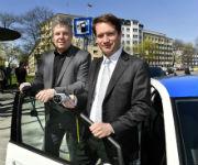 Münchens Oberbürgermeister Dieter Reiter (l.) nahm gemeinsam mit SWM-Chef Florian Bieberbach neue Ladestationen in Betrieb.