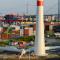Windauptstadt Hamburg: Im Hamburger Hafen werden hochmoderne Windkraftanlagen errichtet, Anlagentechnik wird aus der Metropolregion in die Ostsee geliefert.