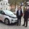 Bürgermeister Christian Wagner (l.) ist zufrieden mit dem BMW i3, den ihn der N-ERGIE- Kundenbetreuer Horst Hien für zwei Wochen zur Verfügung stellte.