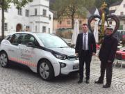 Bürgermeister Christian Wagner (l.) ist zufrieden mit dem BMW i3, den ihm der N-ERGIE-Kundenbetreuer Horst Hien für zwei Wochen zur Verfügung stellte.