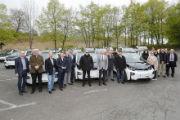 Landrat Johann Kalb und die Bürgermeister kreisangehöriger Gemeinden mit den Elektoautos.