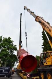 Zwei Spezialkräne hievten den neuen Wärmespeicher der Stadtwerke Ratingen an seinen Bestimmungsort.