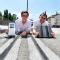Felix Harteneck von ParkHere (l.) und Ingo Wortmann von der MVG demonstrieren die neue Parkraum-Management-Lösung in München.