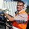 aha-Mitarbeiter Stefan Bode schließt die Wärmeleitung an den Container an.