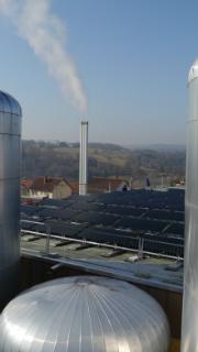 Pufferspeicher, Solarabsorber und Schornstein des Hybriden Heizkraftwerks in Altensteig.