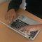 Dank Chromebooks können sich Geflüchtete in Hanau unter Anleitung auf die Suche nach Informationen im Internet machen.