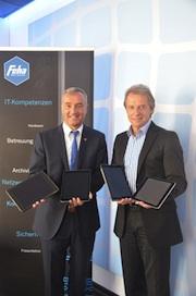 Günzburgs Oberbürgermeister Gerhard Jauernig (l.) und Claus-Peter Fehn von Feha Büro-Technik setzen den Startschuss für das Ratsinformationssystem der Stadt.
