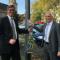 Aachens Oberbürgermeister Marcel Philipp (CDU) und STAWAG-Vorstand Peter Asmuth präsentieren die erste Leuchte mit Ladeoption in Aachen.