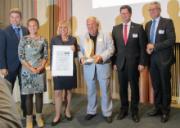Geschäftsführer Wolfgang Endrich erhält von IHK-Präsidentin Nordschwarzwald Claudia Gläser die Auszeichnung für die Nachhaltigkeit der euroLighting-Produkte.