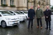 Braunschweigs Erster Stadtrat Christian Geiger (m.) übernimmt vier neue E-Fahrzeuge für den Fuhrpark der Stadt.