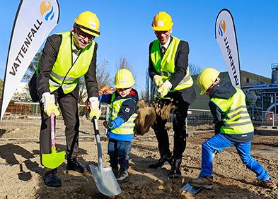 Vattenfall Wärme-Chef Gunther Müller (l.) und Staatssekretär Stefan Tidow mit zwei Mitarbeiterkindern beimErsten Spatenstich für die neue Power-to-Heat-Anlage.