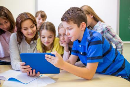 Overhead-Projektoren und Kreidetafeln reichen nicht aus: Um Schüler optimal auf das Berufsleben vorzubereiten, müssen Schulen Digitalisierungskonzepte neu erarbeiten.