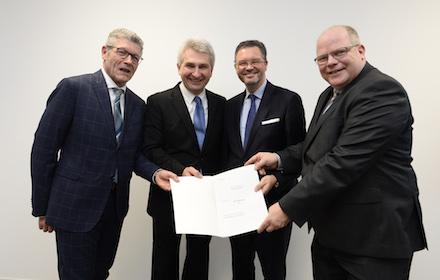Die Vertreter des Ennepe-Ruhr-Kreises nahmen die Fördergelder des Landes Nordrhein-Westfalen in Düsseldorf entgegen.