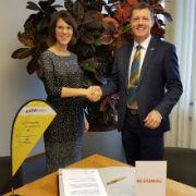 Kooperation vereinbart: ASEW-Geschäftsführerin Daniela Wallikewitz und STAWAG-Vertriebsleiter Andreas Maul unterzeichnen den Vertrag, der die Grundlagen für die Entwicklung von frieda legt.