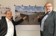 Frank Günther (l.), Geschäftsführer der VBB, und Matthias Leuthold, Leiter Energiespeicher bei RES Deutschland, vor der Visualisierung des geplanten Batteriespeichers.