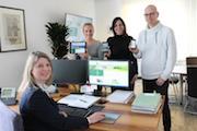 Julia Mockenhaupt, Stefanie Gowik und Andree Schneider (hinten v.l.) präsentieren Bürgermeisterin Christa Schuppler die neue Wilnsdorfer Website.