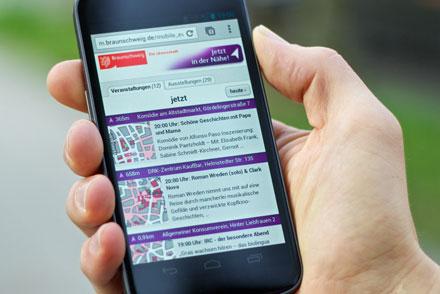 """Die neue Anwendung """"Jetzt in der Nähe"""" zeigt dem Nutzer, welche Veranstaltungen in Braunschweig in Kürze stattfinden und die Entfernung zum Veranstaltungsort."""